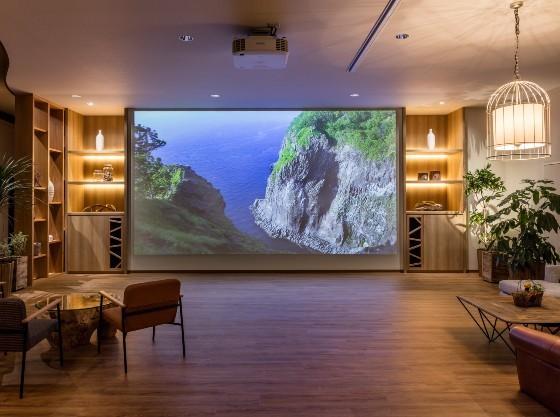 250インチ大型スクリーンの圧巻映像