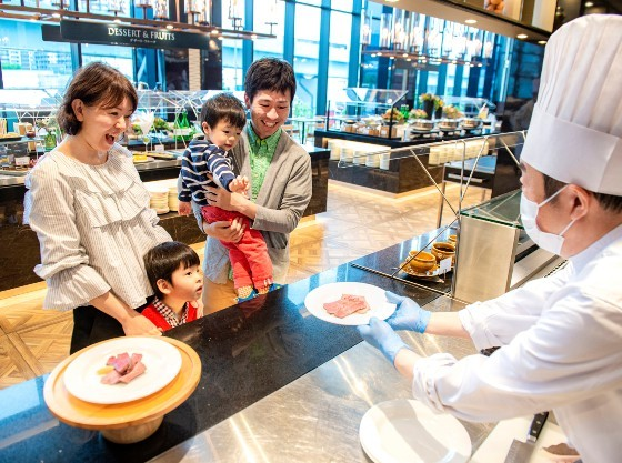 お客様の目の前でお料理を仕上げる人気の「シェフ・パフォーマンス」
