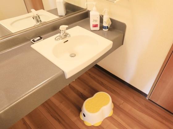 洗面台には踏み台、赤ちゃんにもお使いいただける消毒液をご用意