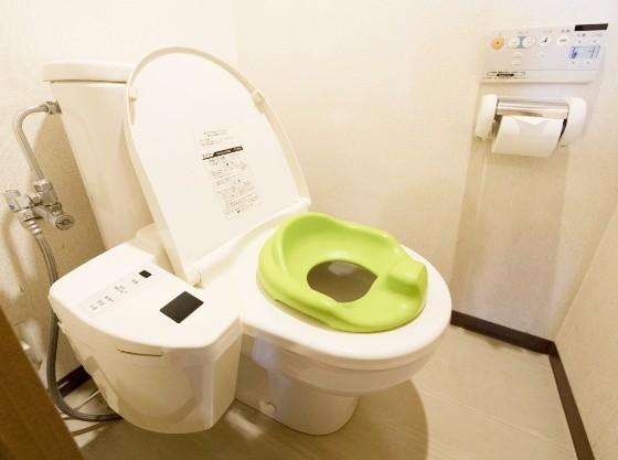 お部屋のお手洗いには、補助便座をご用意