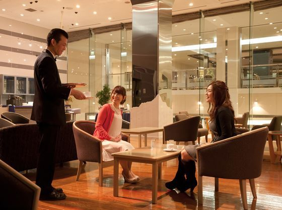 無料のラウンジではコーヒーやジュースなどのお好きな飲み物を楽しめます