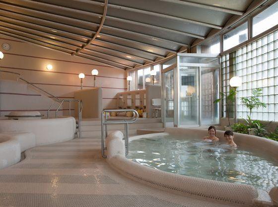 広い大浴場は赤ちゃんでも安心な設計