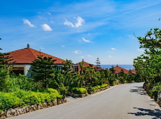 沖縄らしい風景のコテージが並びます