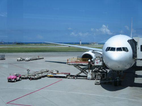 赤ちゃん連れの飛行機も安心!座席からぐずり対策まで。快適に旅する為のヒント