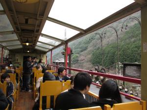 ピンクのトンネルを抜ける人気観光列車~嵯峨野観光トロッコ列車