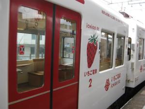 キュートな列車に子どもも夢中!たま電車&いちご電車