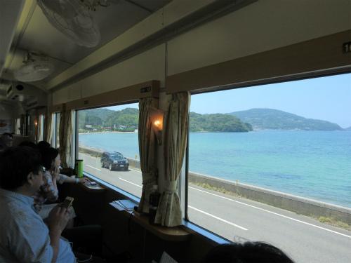 海を眺める観光列車、フルーツ大国岡山で味覚狩り