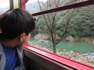 親子で乗りたい!紅葉のトンネルに手が届きそう~「嵯峨野トロッコ列車」(京都府)